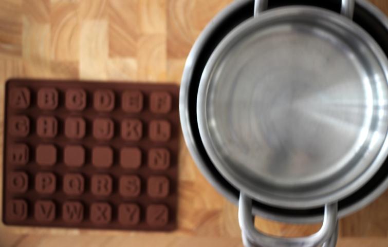 przygotowania do stworzenia wiadomości z czekoladowych liter