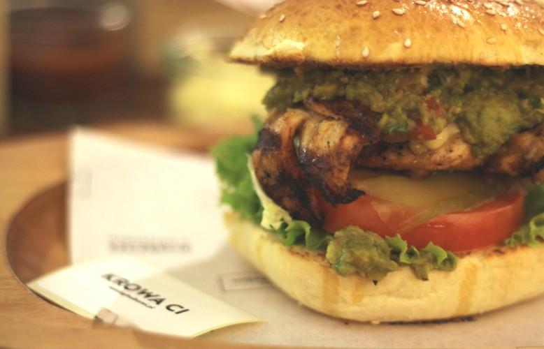 Burger z kurczakiem - między bułkami